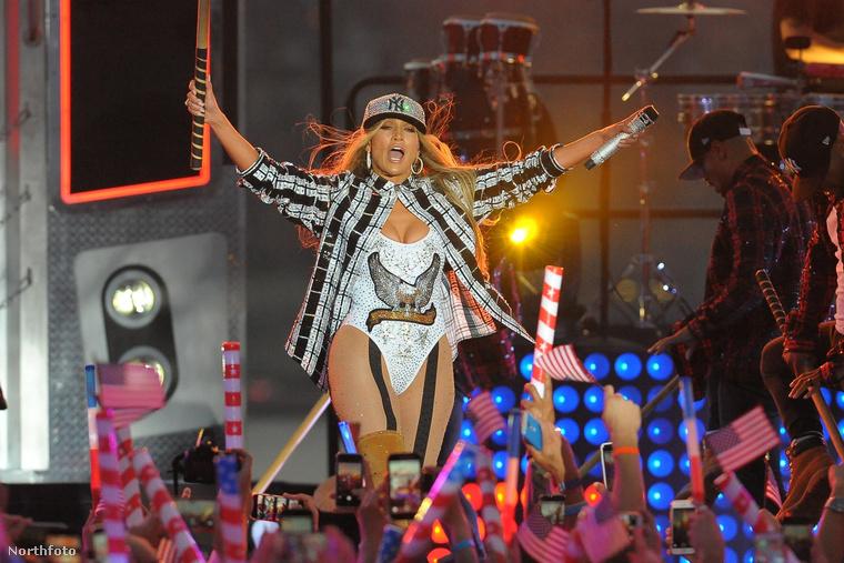 Nem is csoda, hogy megőrült a közönség J.Lo koncertjén.