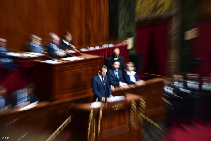 Emmanuel Macron francia elnök beszél a megalakuló Nemzetgyűlés első ülésén a versailles-i királyi palotában 2017. július 3-án.