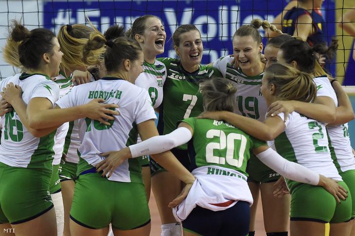 A magyar csapat ünnepel miután a női röplabda Európa-bajnoki pótselejtező harmadik körének visszavágó mérkőzésén legyőzte Románia válogatottját az Érd Arénában 2016. október 9-én.