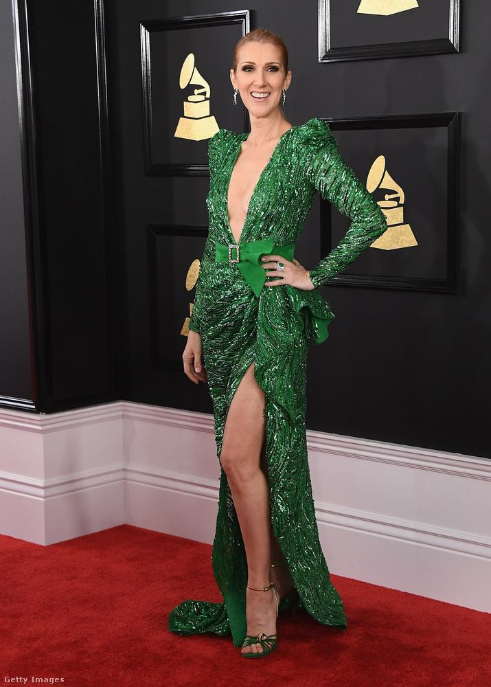 Céline Dion imádja a slicceket mellesleg, ez a zöld csoda a Grammy-kiosztón volt rajta karakán dekoltázzsal és jelmezszerű válltöméssel.