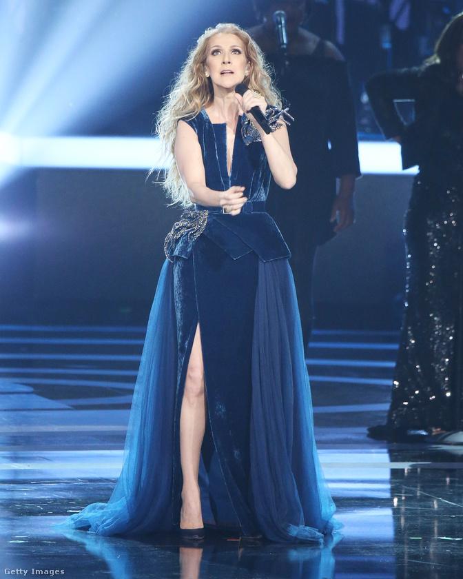 És a műsor közben meg ebben a kék ruhában énekelt