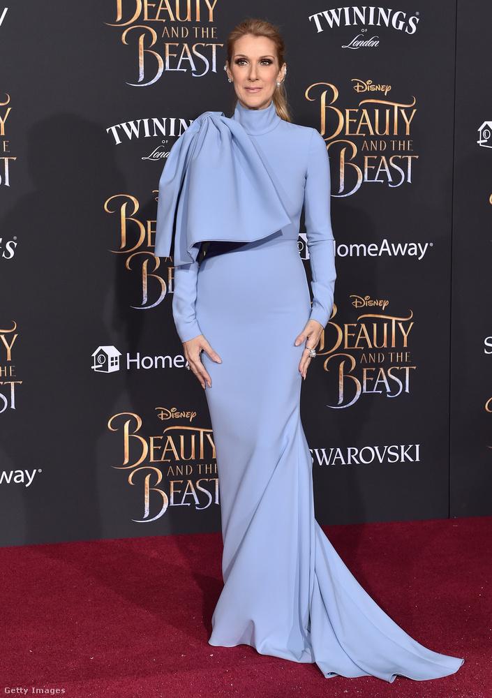 A szuperhősök köpönyegére emlékeztet minket egy kicsit ez a váratlan rátét a ruha jobb vállánál, de milyen jól rímel a ruha uszályára, nem?