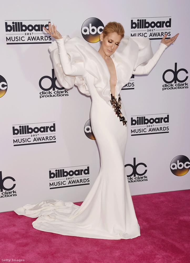 Köszönjük, Céline Dion! (Ez a kép egyébként a Billboard Awardson készült májusban, hát ott se volt semmi, ahogy kinézett.)