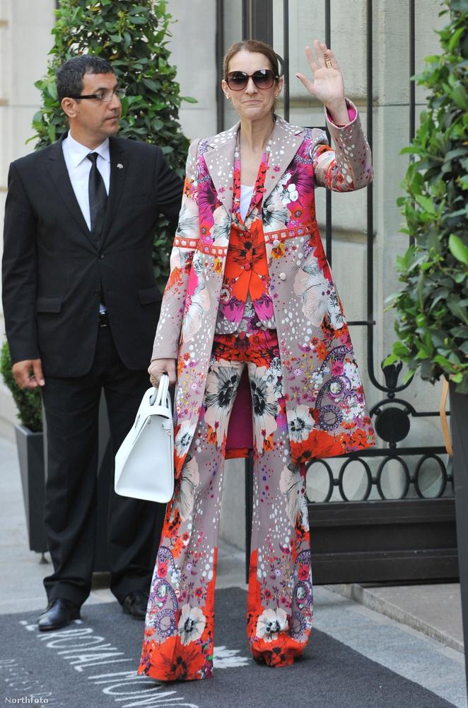 Most pedig olyan fotók következnek, amiken Céline Dion pont jön ki a hoteljéből vagy megy be a hoteljébe, szóval ezeket a furcsa szabású és általában velőtrázóan színes ruhákat az énekesnő csak úgy a hétköznapokra veszi fel.