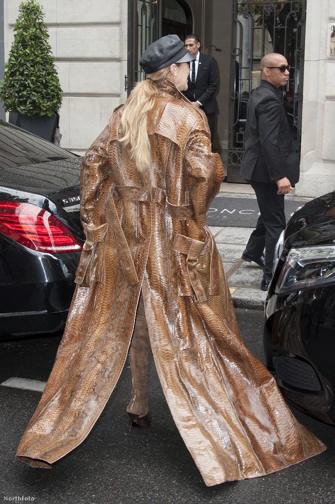 Ilyen volt ez a kabát hátulról.Hölgyeim és uraim, így öltözködik egy sztár.