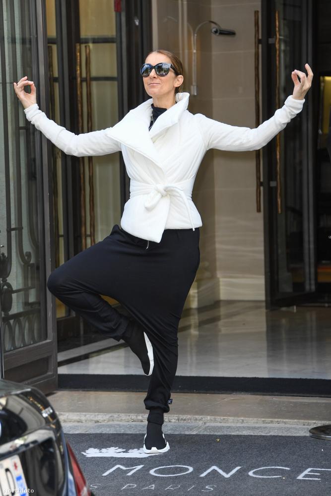 És hadd mutassuk meg, hogy amikor relatíve normálisan van felöltözve, akkor is ilyeneket pózol a fotósoknak a szálloda bejáratánál