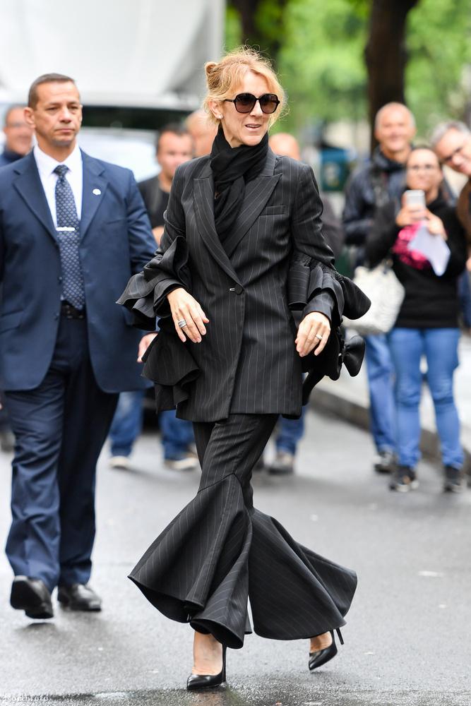 Térdtől felfelé ez egy viszonylag visszafogott fekete kosztüm