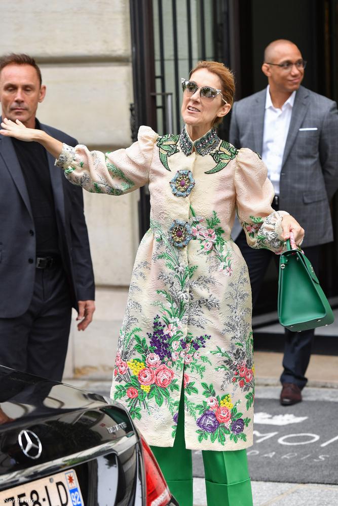 Ezt a zöld szettet most vasárnap sétáltatta meg Párizsban