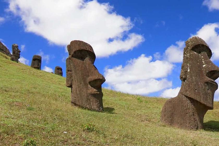 A húsvét-szigeteki fejekről úgy tartják, készítőik a polinéz őslakosoknak állítottak velük emléket. Először 1722-ben pillantották meg őket a látogatók.