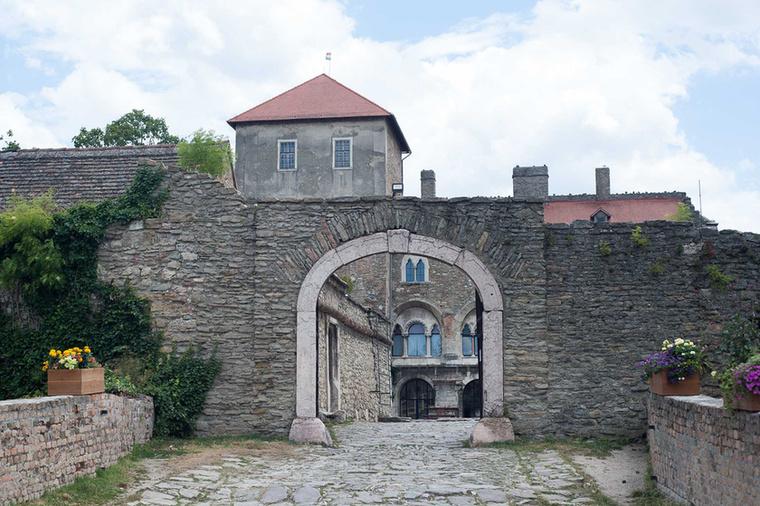 A tó egyik partján a várat nézheti meg.