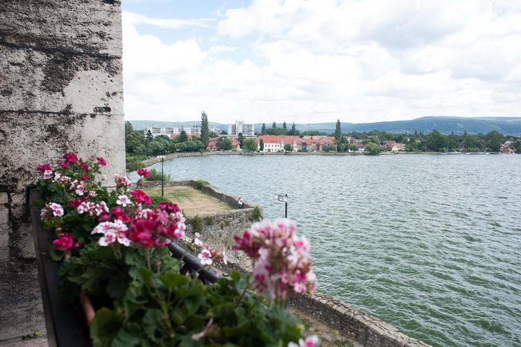 hogy ilyen gyönyörű kilátást nyújt a tóra.