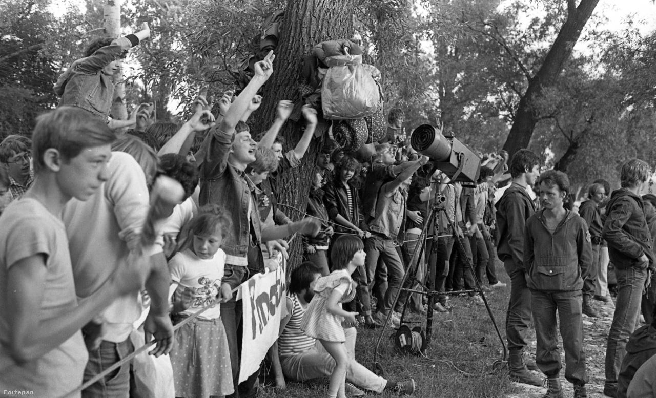 """""""Esztergomban elhatározták, hogy móresre tanítják a fiatalokat. Meg is tették. A gyerekek a kordonon nem jöttek át, és a kordonon kívül álló közönséget, csak azért, mert ugráltak, ezek a büdös gyökerek könnygáz spray-vel fújták, mint a bogarakat."""" Urbán Tamás fotói is Esztergomban készültek."""
