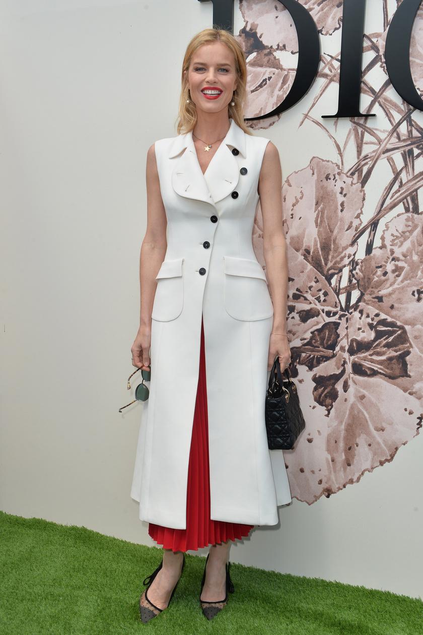 Eva Herzigova tökéletes alakját remekül hangsúlyozta ez a piros szoknyarésszel megbolondított kabátruha.
