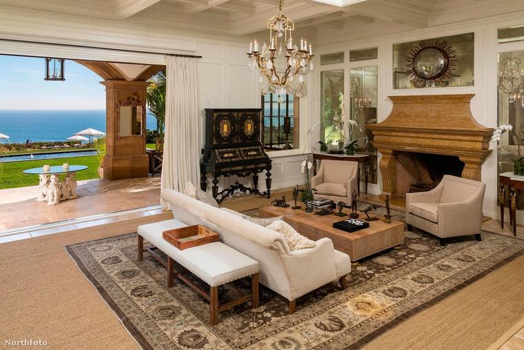 Beyoncéék jelenleg egy malibui luxusnyaralóban kénytelenek lakni, ugyanis az énekesnő és Jay-Z egyelőre keresik azt a családi házat, amiben mindannyian kényelmesen elférnek.