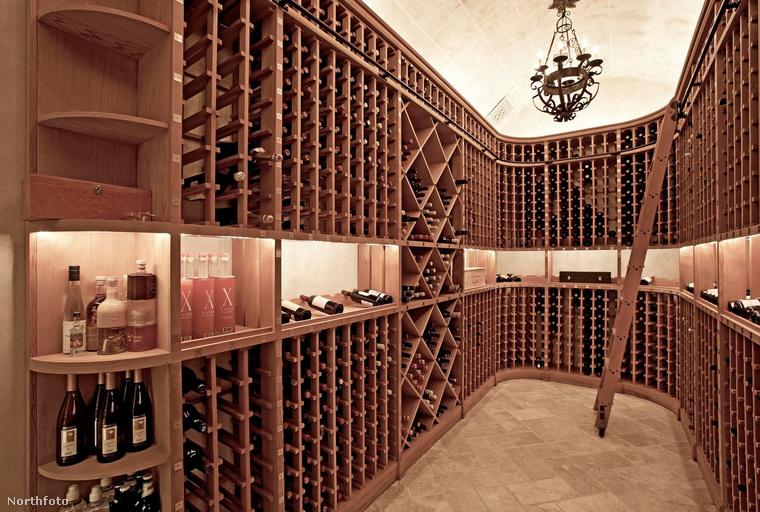 És persze az átlagos nappal-háló kombó mellett külön helyiség van a borok számára, amire nagy szükségük lehet esténként a háromgyermekes szülőknek.