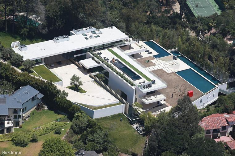 Szóval ebben a víkendházban kell kibekkelniük Beyoncééknak a nyarat, hogy reményeik szerint ősszel már beköltözhessenek a családi otthonba, Los Angelesben.
