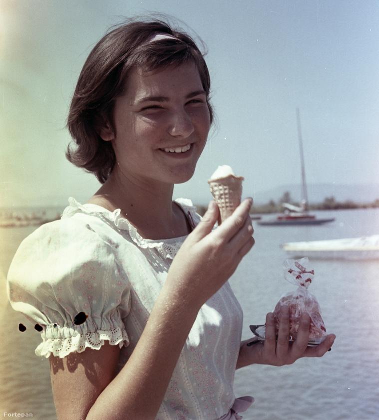 A felvétel készítésenek helye nem ismert, a háttérből azért feltételezhető, hogy Balatonon járunk ezen az 1965-ös képen.