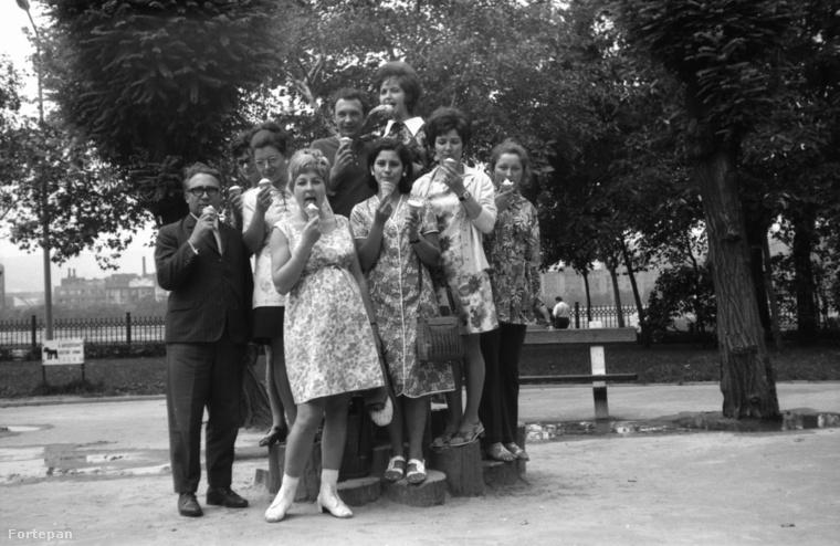 Tömegfagyizás Kossuth Lajos téren, a Parlament északi oldalánál, szintén 1972-ből.