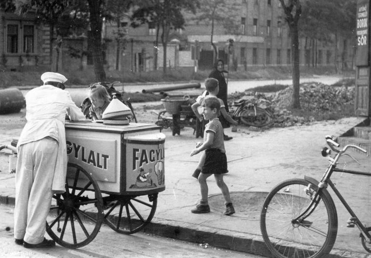 Fagylaltoskocsi Szegeden a Kálvária sugárút - Londoni körút sarkán, 1959-ben.