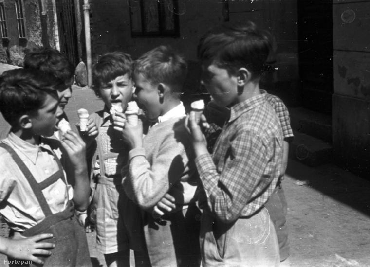 Fagyizó fiúk a győri Sarló közben 1957-ből.