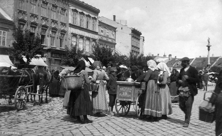 A Fortepanon fellelhető legkorábbi kép: Fagylaltot áruló asszonyok a soproni Várkerület piacán 1915-ben.