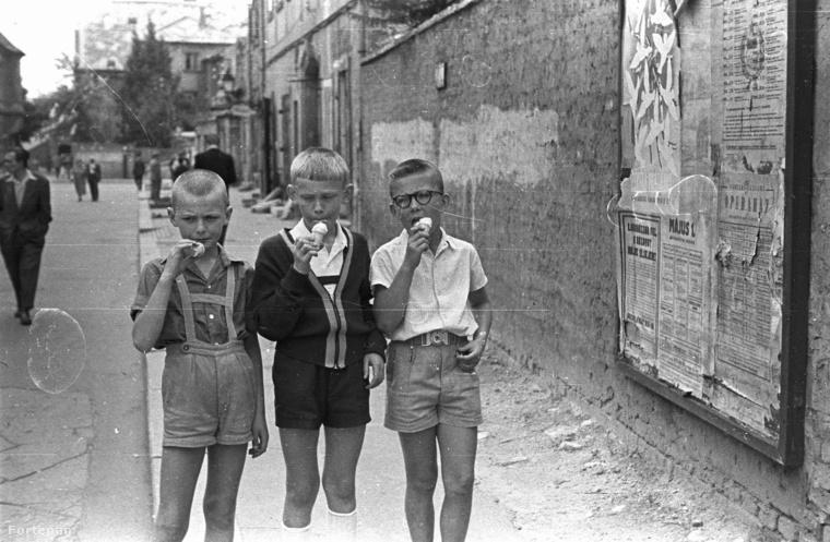 Ez pedig a Budai Várnegyed, pontosabban a Szentháromság utca a Szentháromság tér felől nézve és 1958-at írunk.