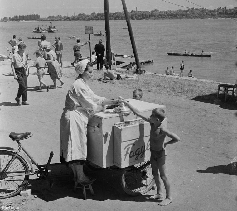 Fagylaltárus a Római parton szintén 1961-ben.