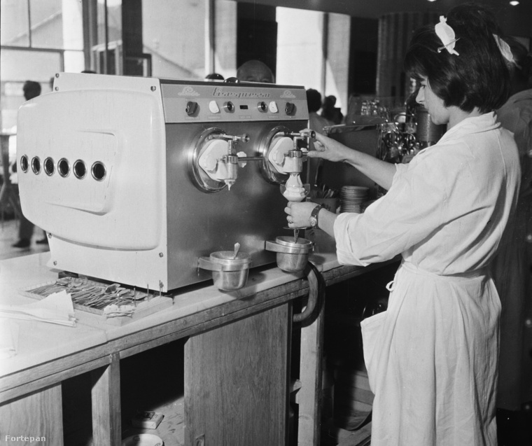 """Emlékeznek, hogy 20 éve mekkora menőségnek számított a gépi """"csavaros"""" fagyi? Hogy a kép pontosan hol készült, azt nem tudni, de az biztos, hogy 1961-ben már lehetett csavaros fagyival menőzni!"""