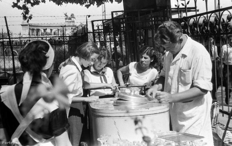 Úttörő lányok böngészik a kínálatot az Andrássy út (ekkor Népköztársaság útja) 130