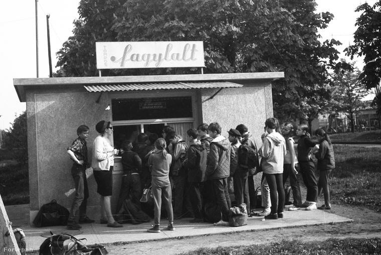 Népszerű fagyizó az egri Hadnagy utcából, 1970