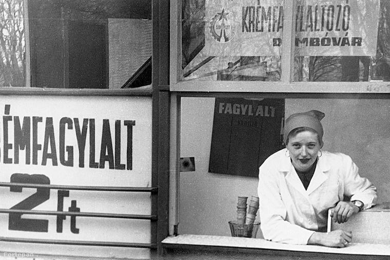 Egy mosolygós fagylaltos a dombóvári  Dvorzsák ház előtt, 1969-ből.