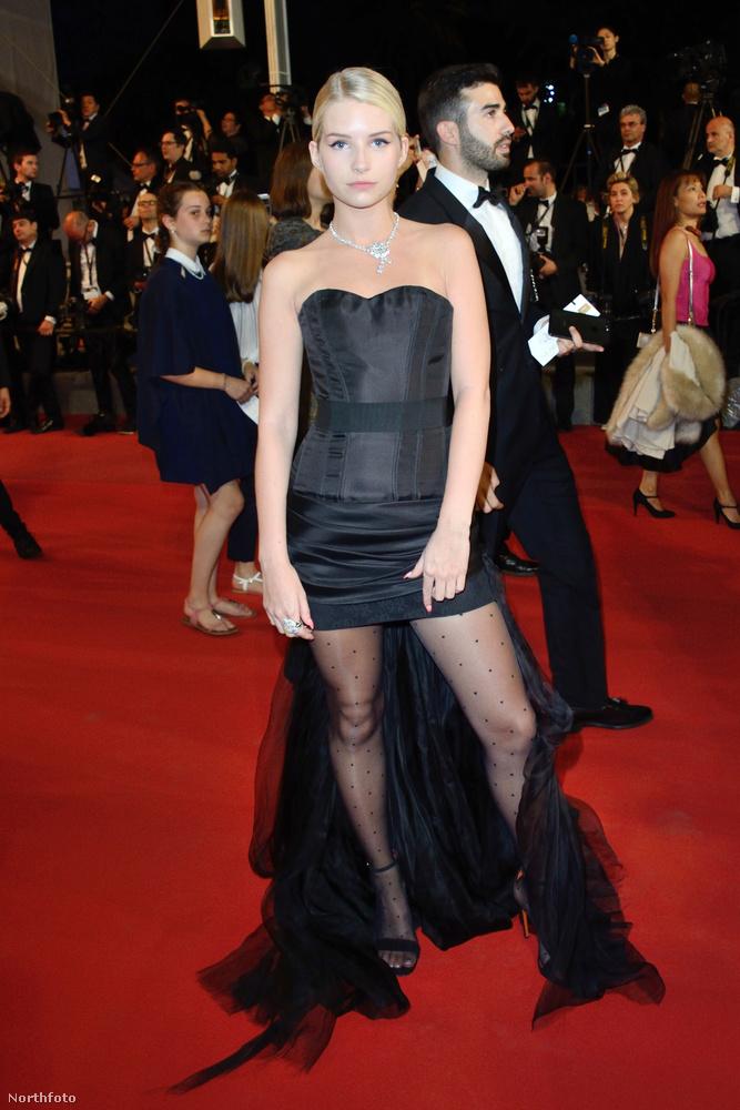 Folytatódik a normális alkatú nők mustrája.Jelen esetben Kate Moss szexi testvérét vizsgáljuk meg bikiniben.Lottie Mossnak már jó pár évvel ezelőtt nagy jövőt jósoltak a hozzáértők.