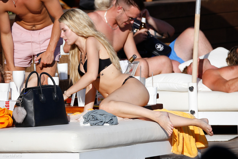 """A modellkedés mellett még tanul a kisebbik Moss, erről úgy nyilatkozott egy alkalommal, hogy igazi kettős életet él, egyik percben még Cannesban van egy Dior ruhában, később pedig a sussexi osztályteremben.""""Néha olyan, mintha Hannah Montana lennék."""""""