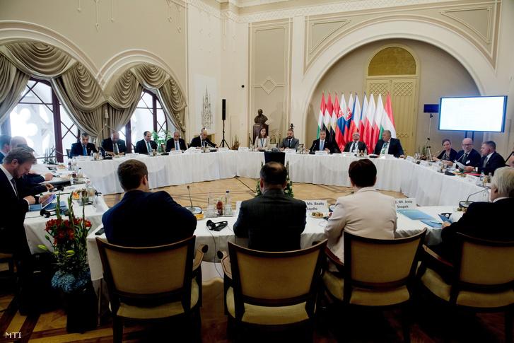 A visegrádi országok (V4) miniszterelnökeinek találkozója a Pesti Vigadóban 2017. július 4-én. Szemben balról Abdel-Fattáh esz-Szíszi egyiptomi elnök (b3) szemben középen Orbán Viktor miniszterelnök (j6) jobbról Robert Fico szlovák miniszterelnök (j) háttal Beata Szydlo lengyel kormányfő (j2). Orbán Viktor mellett Varju Krisztina a magyar V4-elnökség lebonyolításért felelős miniszteri biztos Takács Szabolcs a Miniszterelnökség európai uniós ügyekért felelős államtitkára valamint Gottfried Péter és Czukor József miniszterelnöki főtanácsadók (b-j).