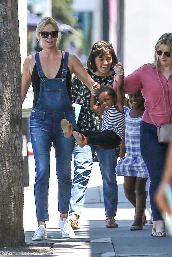 Ráadásul nem is egyedül, hanem pár baráttal és két, örökbe fogadott gyerekével, Jacksonnal és Augusttal rója Hollywood utcáit