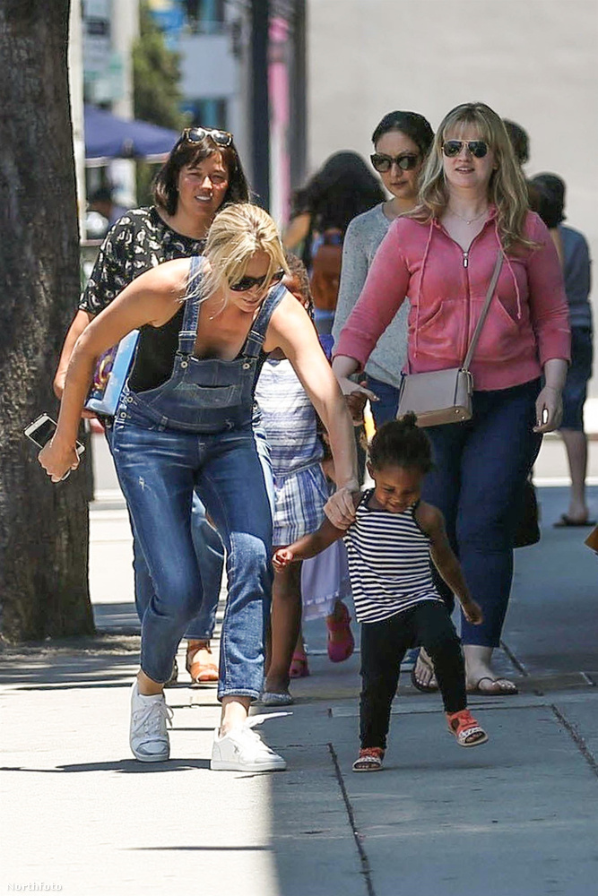A színésznő nincs lenyűgözve az ötlettől, ezért megpróbálja meggyőzni a kislányt, hogy bírálja felül az erre vonatozó álláspontját