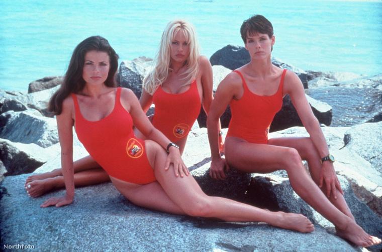 Ha a 90-es években nézett televíziót, akkor bizonyára ön is kellemes emlékeket őriz a tűzpiros fürdőruhában szaladgáló Baywatch-lányokról, akiknek páratlan tehetsége főleg abban mutatkozott meg, hogy - a szigorúan lassított felvételeken - rendkívül hatásosan tudtak ringó mellekkel az óceánba gázolni.