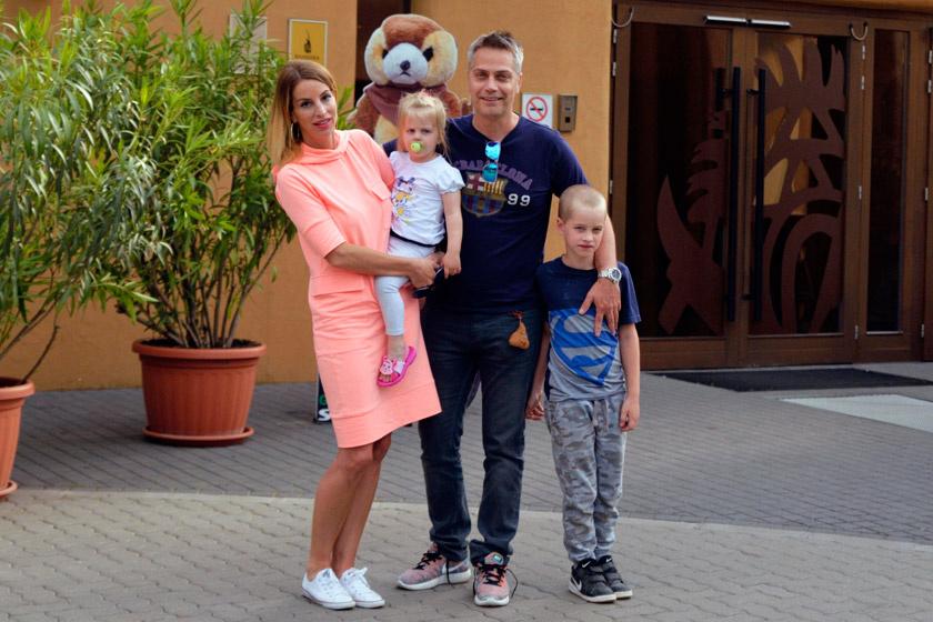 Harsányi Levente feleségével, Ágival és két gyermekükkel. Fotó: FényPont-Média.
