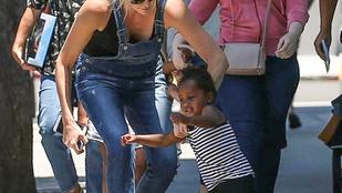 Olykor Charlize Theronnak is meggyűlik a baja a gyerekkel