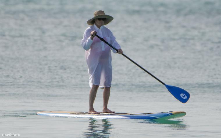 ahogy a Karib-tengeren paddleboardozik, mint valami suhanc.