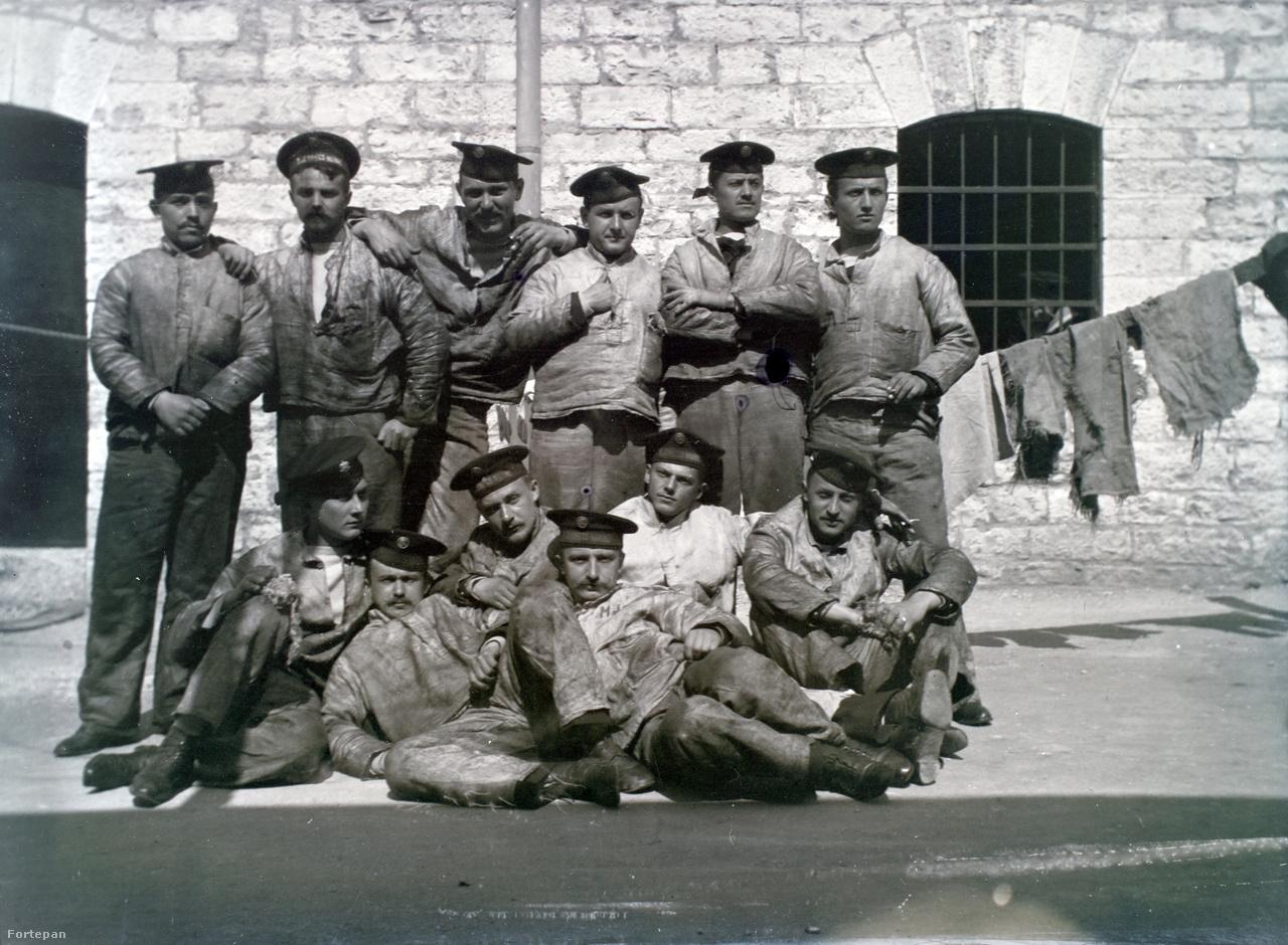 Egy tucat szurtos magyar tengeri legény. A ruházatot elnézve joggal feltételezhetjük, hogy ők valamelyik hadihajó gépházában szolgáltak.