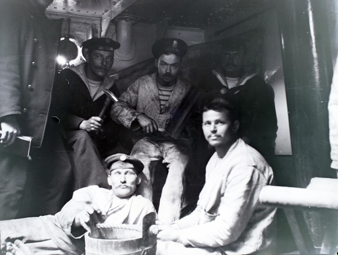 Bajuszosok, tengerészek - csoportkép notesszel, kalapáccsal, vödörrel valahol a fedélzetközben.