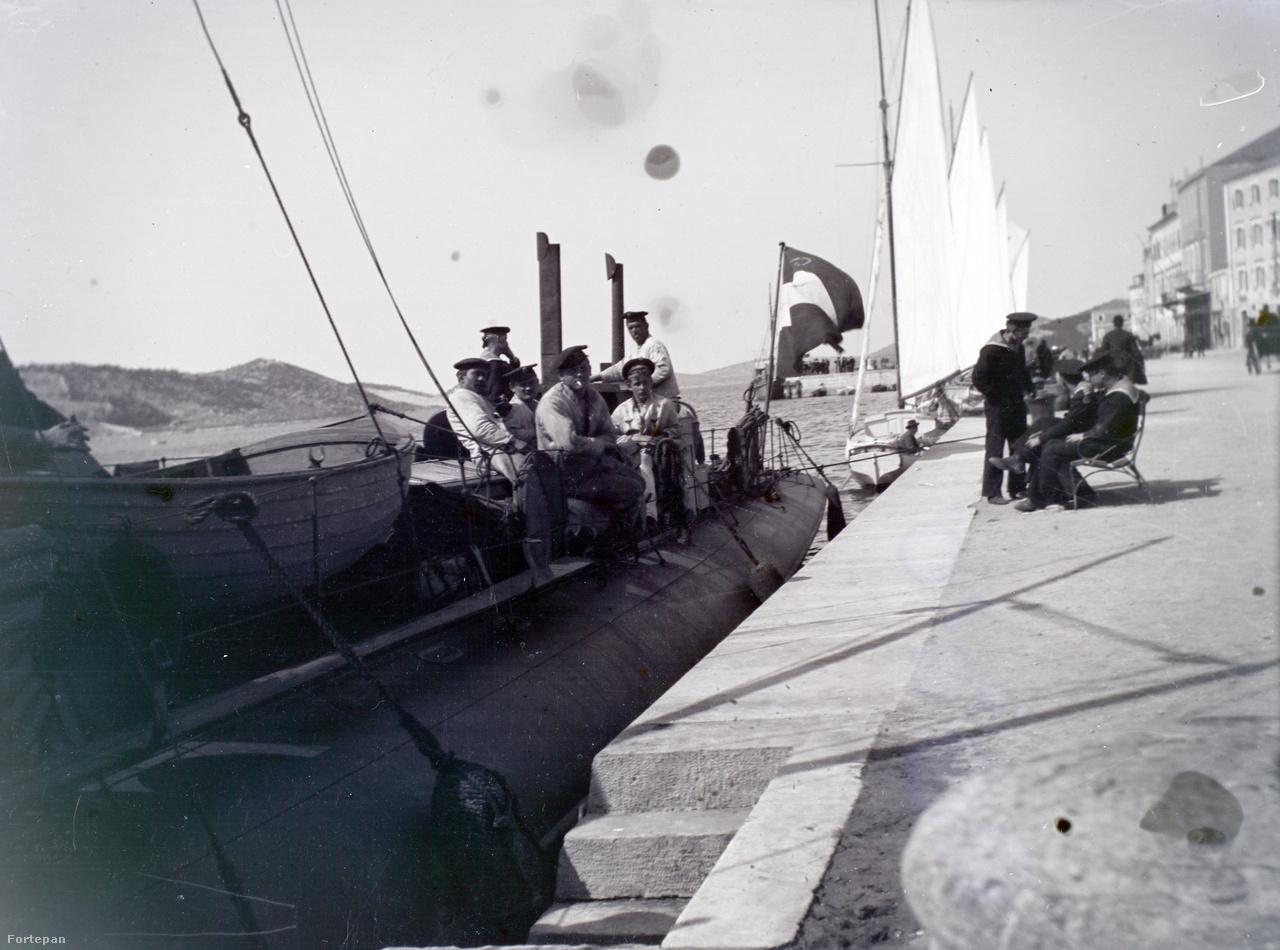 Egy (talán 110 tonnás) torpedónaszád legénysége kikötői pihenőjét tölti.