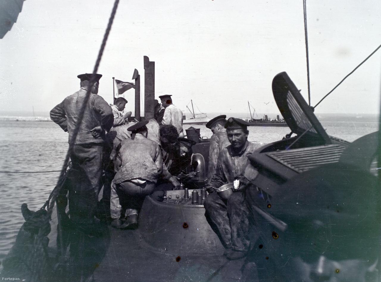 Ebéd egy torpedónaszád fedélzetén. A távolban kissé jobbra egy másik hadihajó.