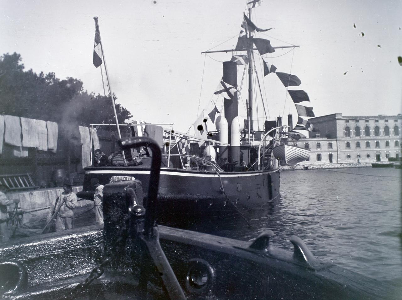 Az eredetileg vontatógőzösnek épült SMS Dromedar aknarakó hadihajó.