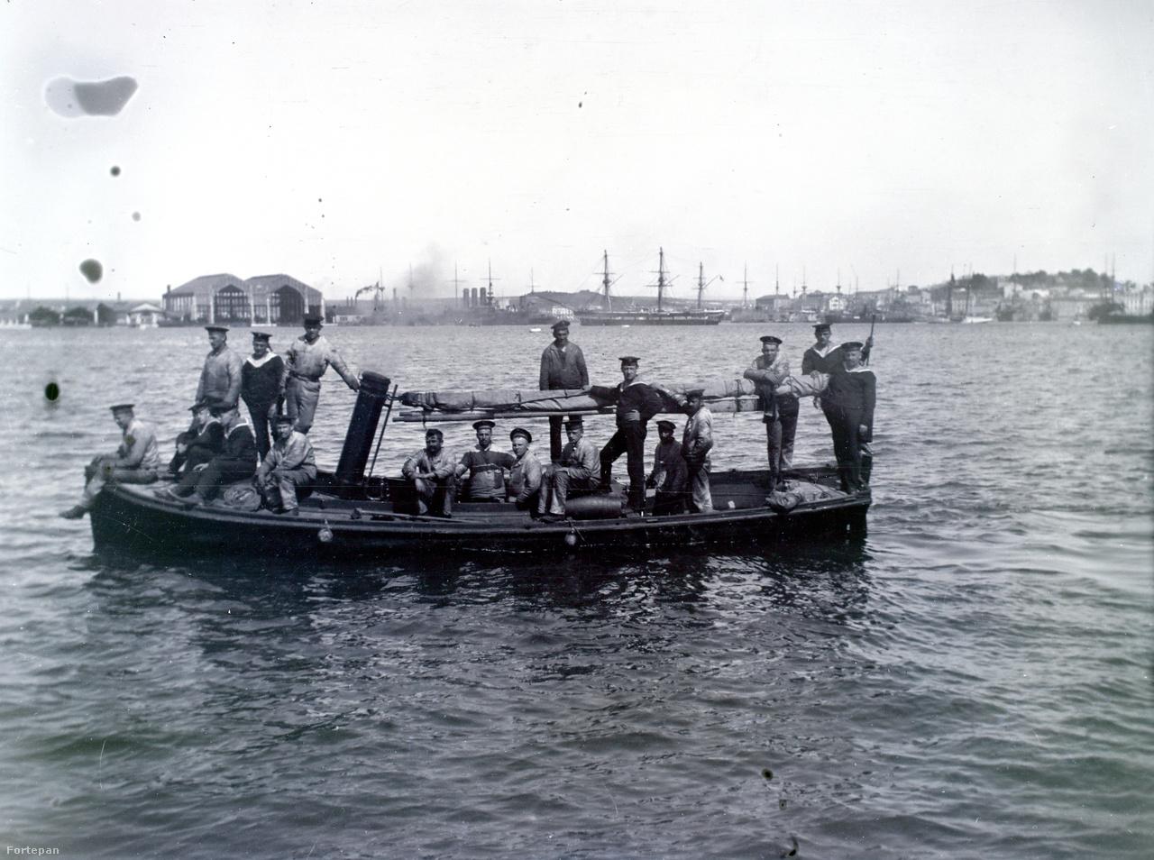 Kis gőzhajtású csónak, a háttérben több lehorgonyzott hadihajó is látható, a háromkéményes valószínűleg egy Erzherzog Karl-osztályú csatahajó.