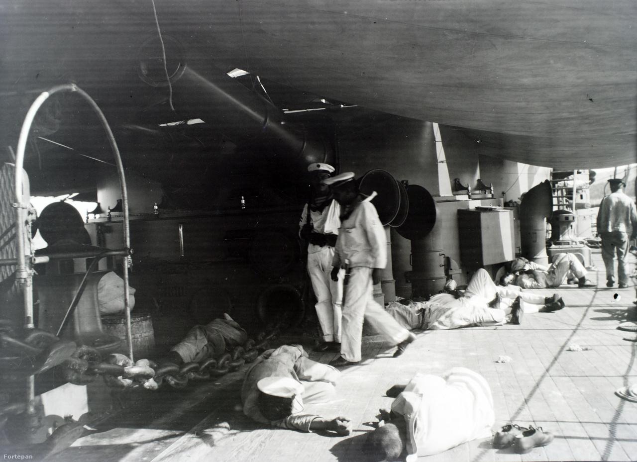 Pihenés a fedélzeten a napvédő ponyva – és az ütegek – árnyékában. A hajó fegyverzete: 3 db 24 cm-es Krupp löveg, 12 db 15 cm-es löveg, 10 db 7 cm-es Skoda gyorstüzelő löveg, 12 db 3,7 cm-es Vickers gépágyú, 4 db 8 mm-es Skoda géppuska, 2 db 45 cm-es víz alatti torpedóvető 6 db torpedóval, 20 db akna.