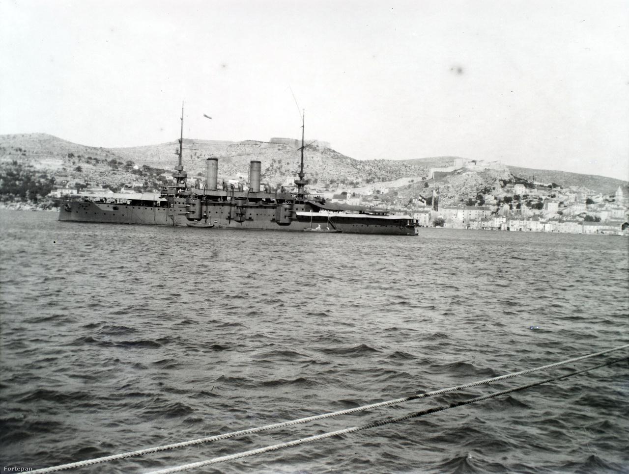Egy másik Habsburg-osztályú csatahajó. Az Osztrák–Magyar Monarchia Habsburg-osztályú pre-dreadnought csatahajóit (Schlachtschiff) a trieszti Stabilimento Tecnico hajógyárban építették, ahol három ilyen hajó épült, az osztálynévadó SMS Habsburg, a SMS Babenberg és az SMS Árpád.