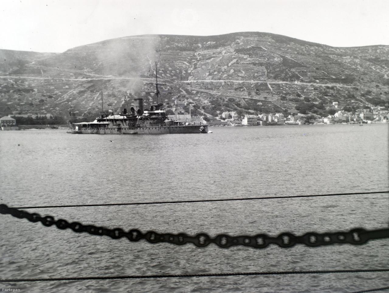 Monarch-osztályú partvédő páncélosból még kettő épült: az SMS Budapest és az SMS Wien. Hogy a képen melyik hajó látható a háromból, csak szakavatott szem tudná megmondani.