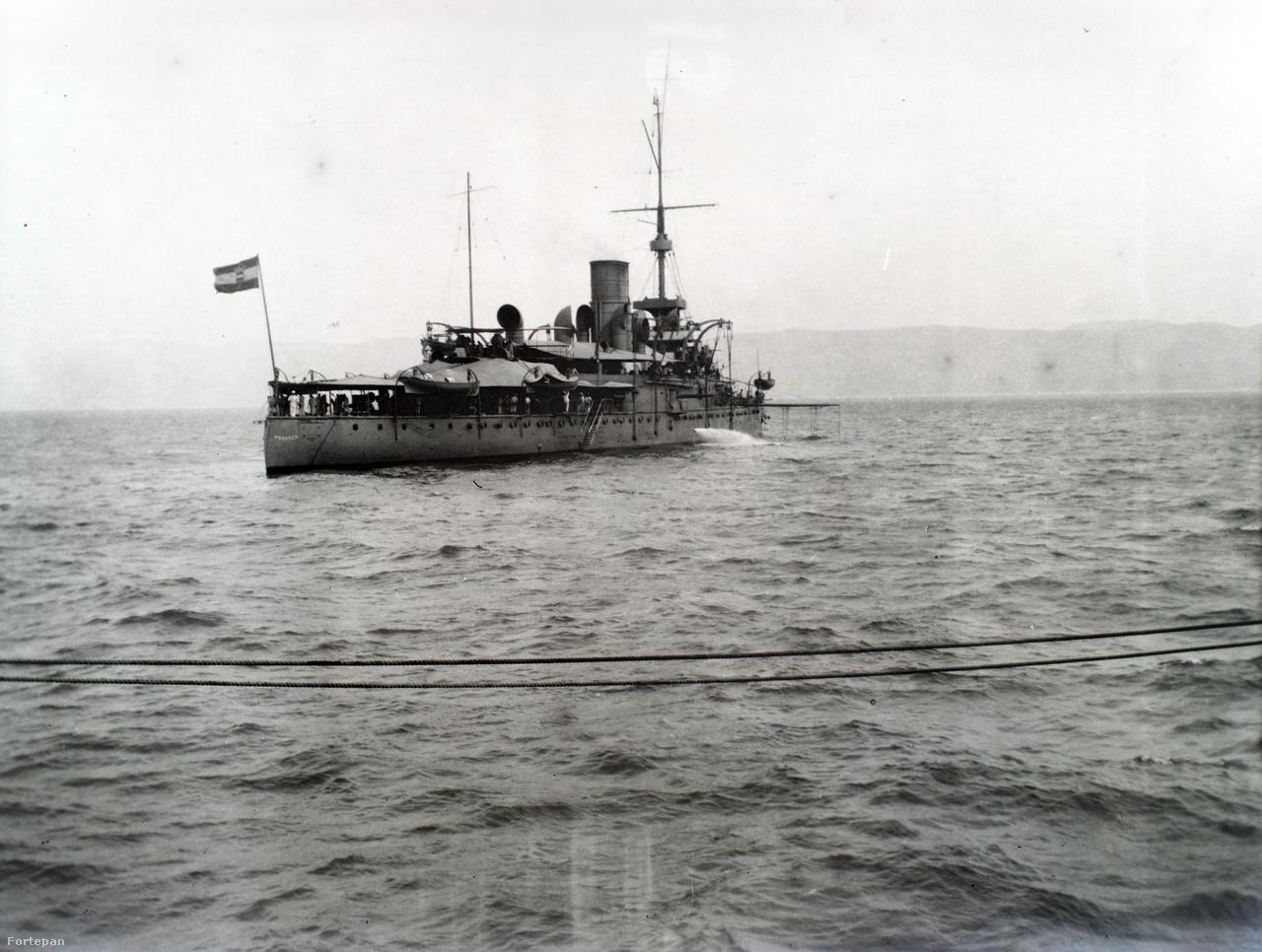 Nézzük meg közelebbről a hajókat. Ez itt az SMS Monarch partvédő páncélos. A 93 méter hosszú, 5878 tonna vízkiszorítású gőzös 1898. május 11-én állt szolgálatba. Fegyverzete: 4 db 24 cm-es Krupp löveg, 6 db 15 cm-es Krupp  löveg, 2 db 7cm-es csónaklöveg, 10 db 4,7 cm-es Skoda löveg, 4 db 4,7 cm-es gyorstüzelő Hotchkiss löveg, 1 db 8 mm-es géppuska, 2 db 7 cm-es Uchatius csónaklöveg, 2 db vízvonal alatti, 45  cm torpedóvető.